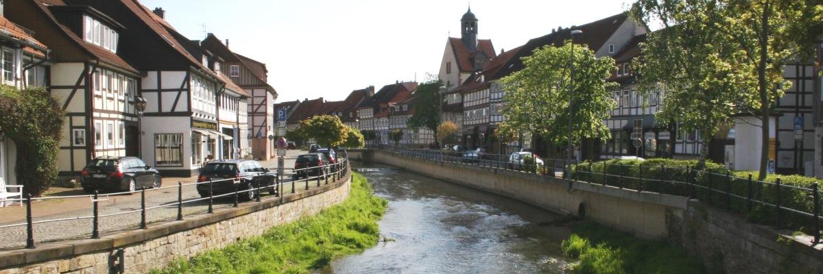 Blick auf die historische Altstadt von Bad Salzdetfurth, durchzogen von der Lamme